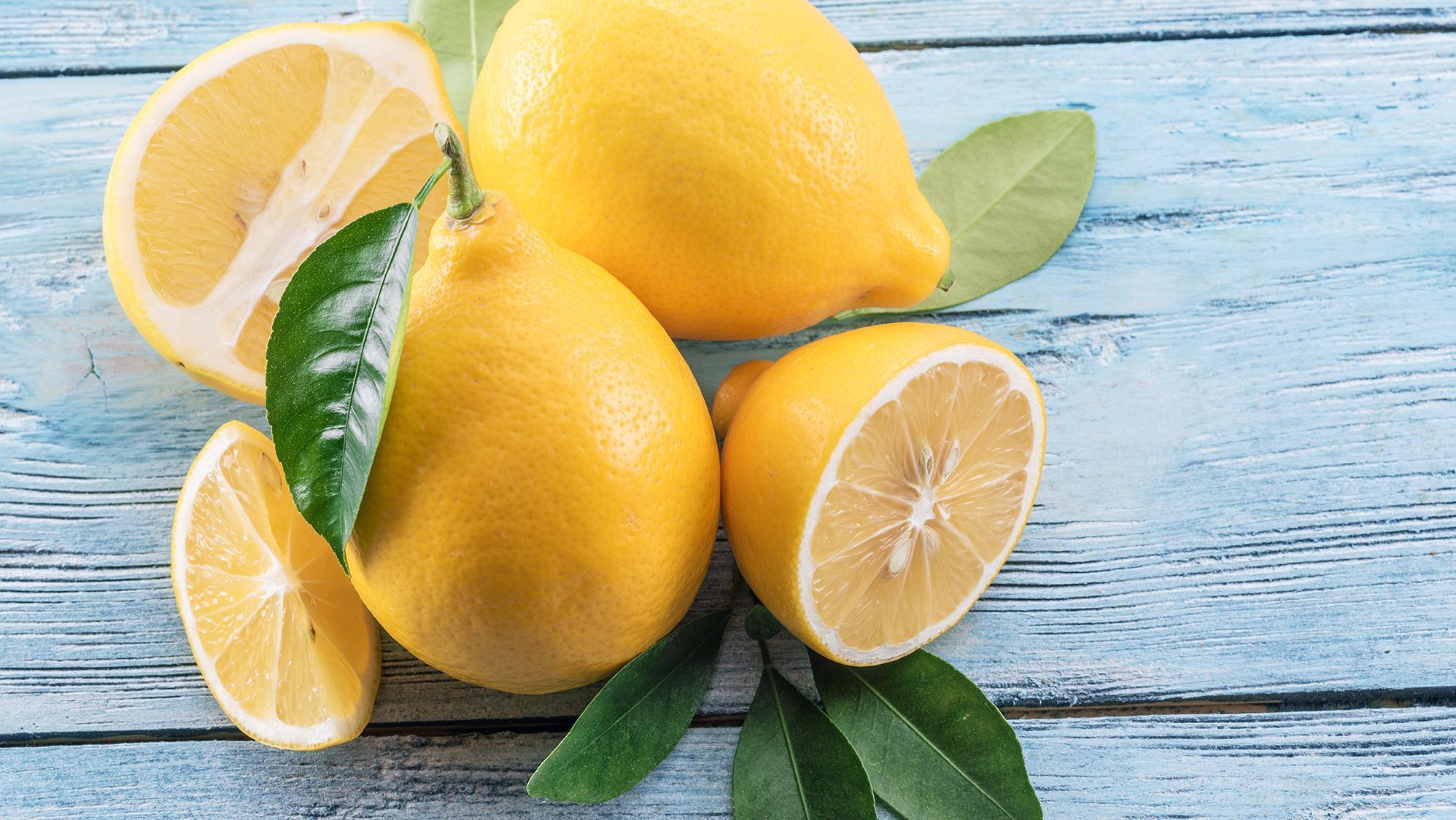 Quelques citrons entiers et en morceaux