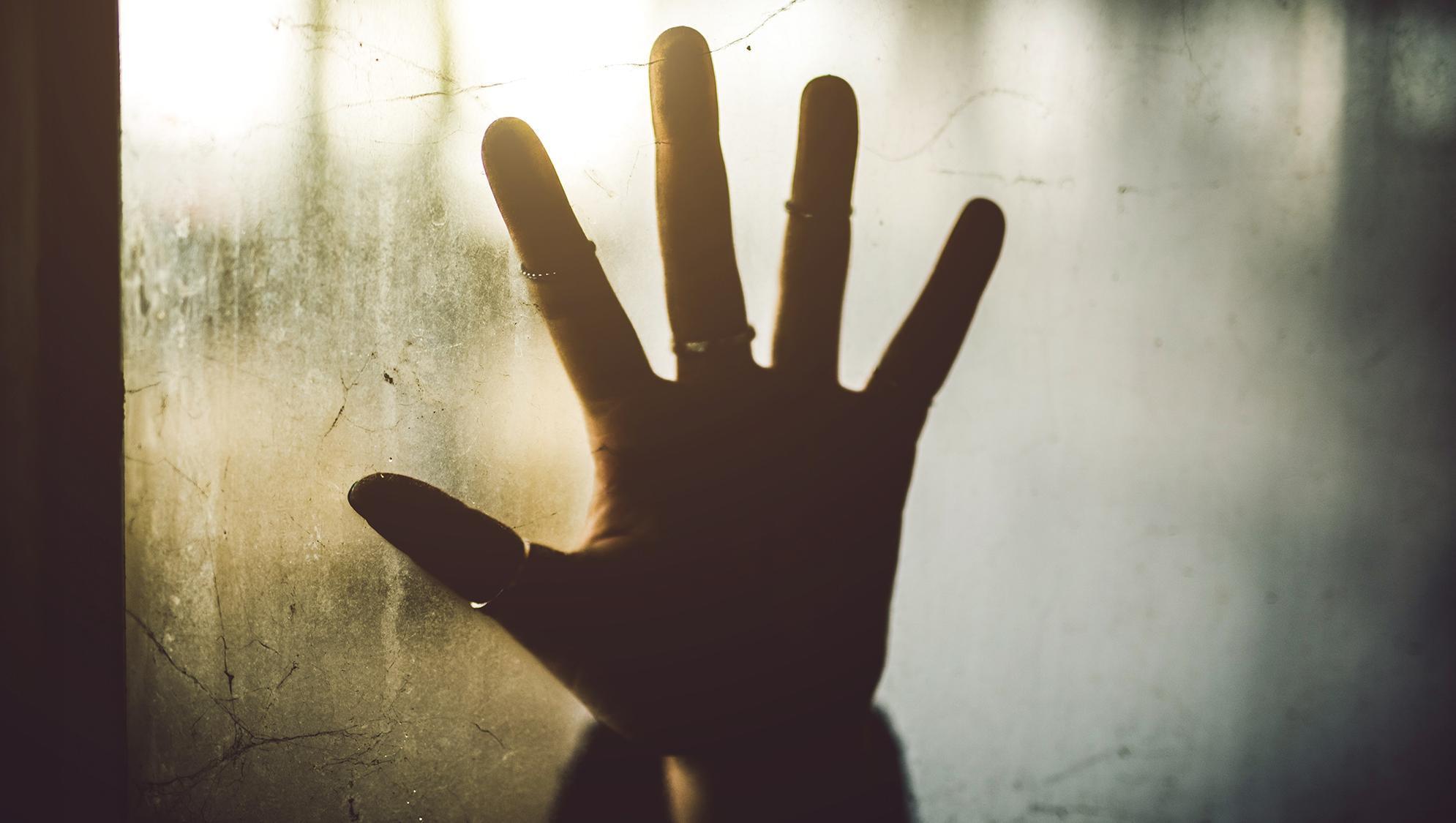 Une main dans une fenêtre