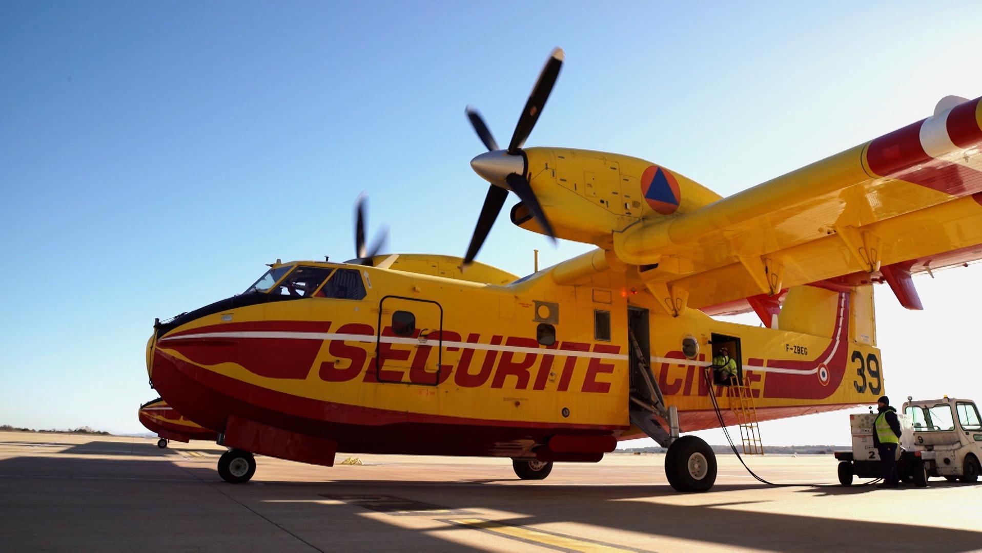 Avion Canadair jaune et rouge